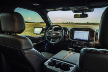 Очевидно, Хеннесси имеет в виду Ford Raptor, который по мощности легко превосходит Ram TRX с всего 450 л.с. и 697 Нм крутящего момента. Ford может превзойти TRX в других отношениях, но не самым хвастливым, а именно прямым. Хотя с такими грузовиками э