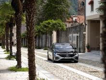 Что касается визуальных эффектов, новый EQS демонстрирует инновационный и сложный внешний вид, основанный на новой архитектуре автомобиля. Форма определенно вдохновлена автоспортом и отличается низкой стойкой, узкой задней частью и общей конструкцией
