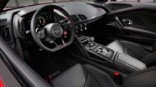 Это означает, что стандартные модели R8 V10 quattro и V10 RWD были исключены из линейки, и каждый R8, скоро будет носить значок Performance, с доступными моделями с задним и полным приводом. Цены будут начинаться с 12,4 млн рублей - рост чуть менее 6
