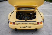 Перед вами Porsche 911 Carrera 3.0 RSR IROC 1974 года выпуска, всего лишь один из 15 построенных экземпляров. Его первым владельцем был Роджер Пенске, и в то время он участвовал в гонках с легендой Формулы-1 Эмерсоном Фиттипальди. В 2010 году он был