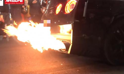 Посмотрите, как горит Nissan GT-R после выстрела из выхлопной трубы